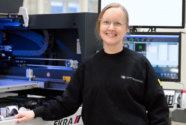 Josefin Eriksson på Optronic med den nya screentryckaren från Ekra.