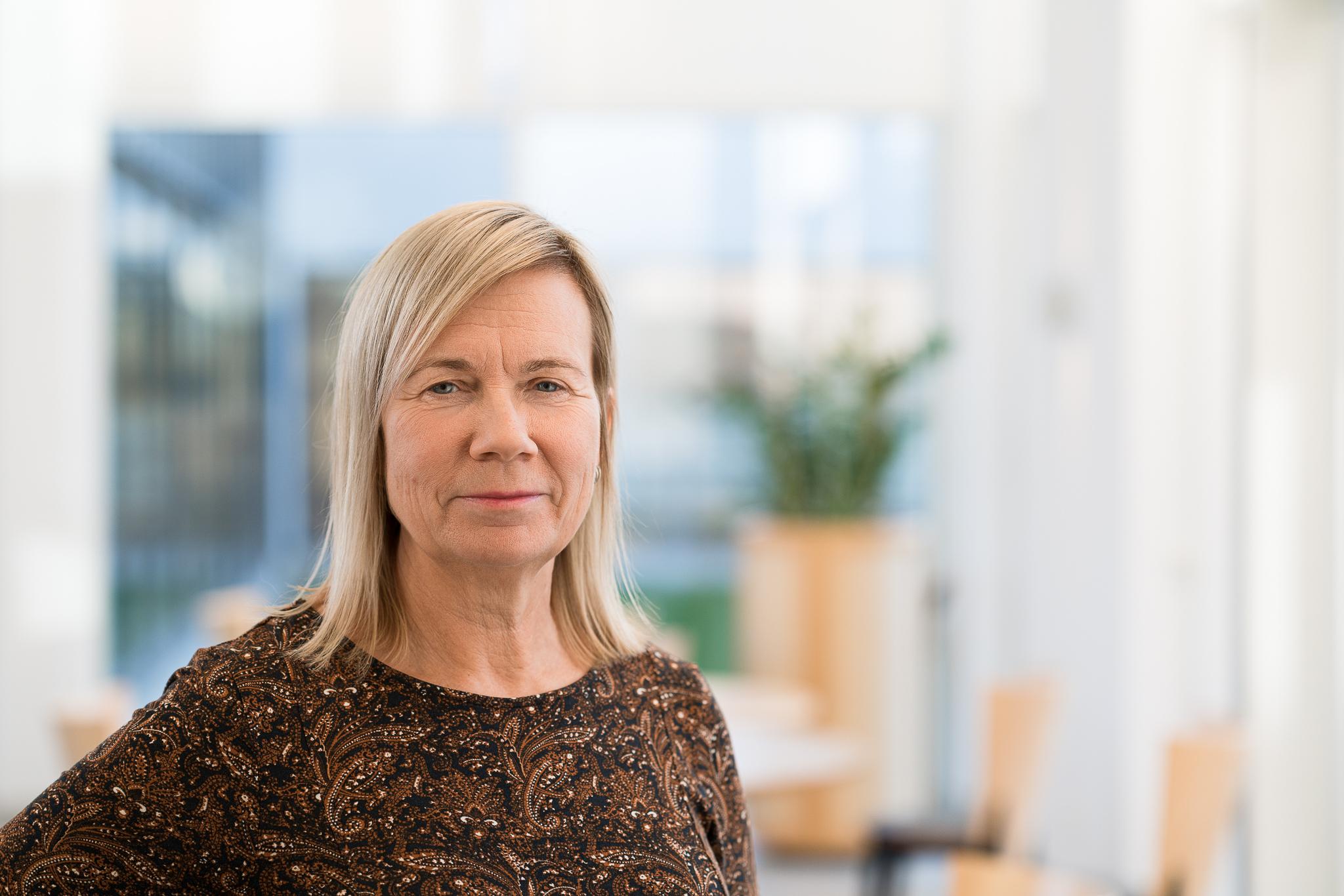 Bild på en blond kvinna i ljus kontorsmiljö
