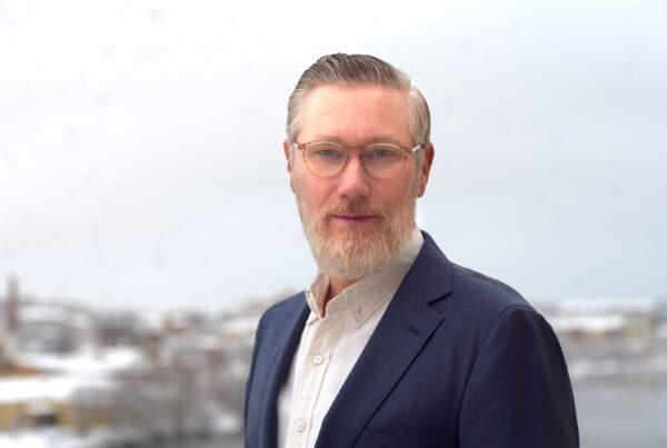 Porträttbild på Ulrik utomhus